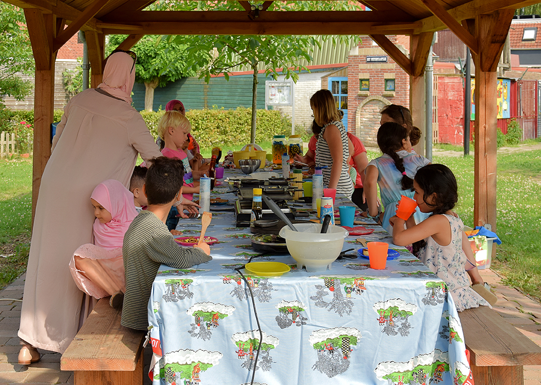 kinderen bakken pannenkoeken