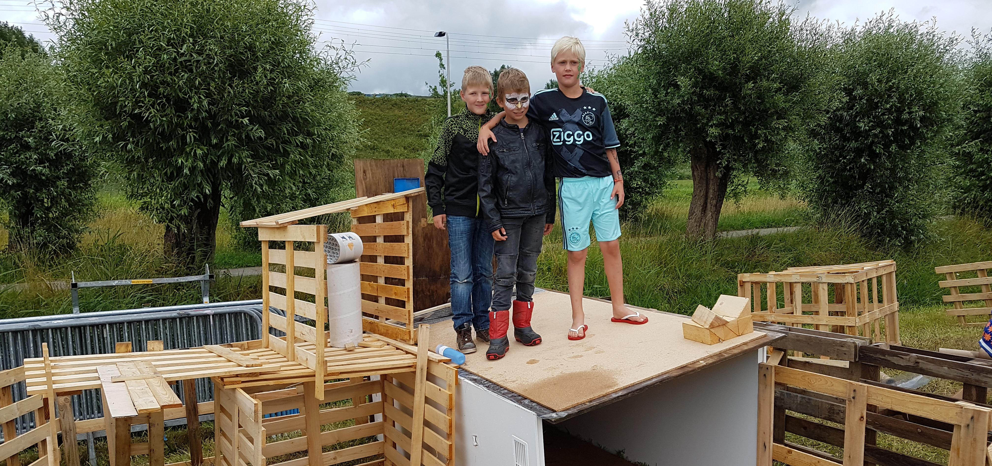 3 jongens op zelfbouw project