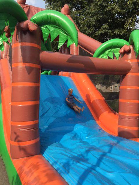 kind op glijbaan kasteel