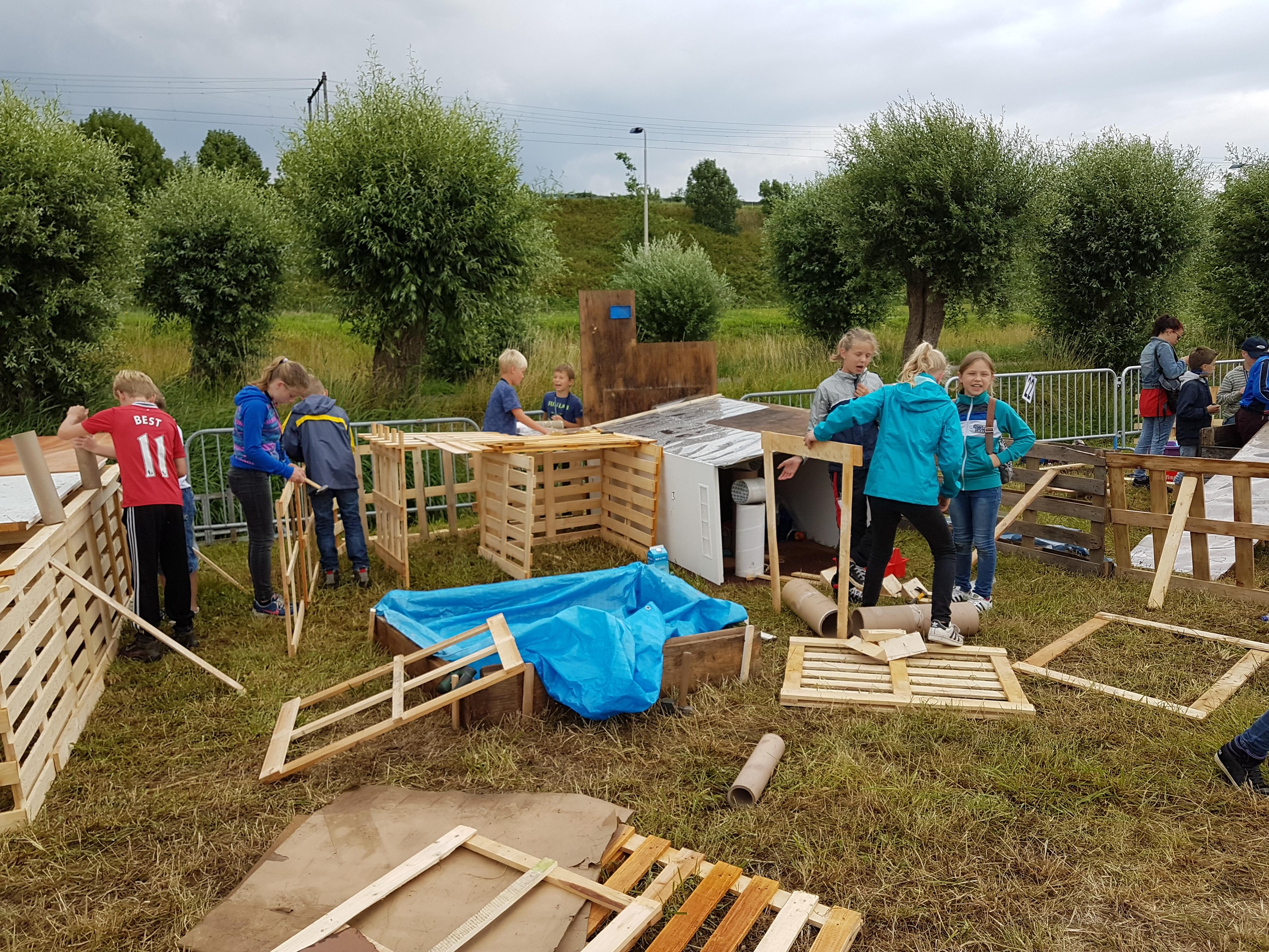 kinderen bouwen met hout