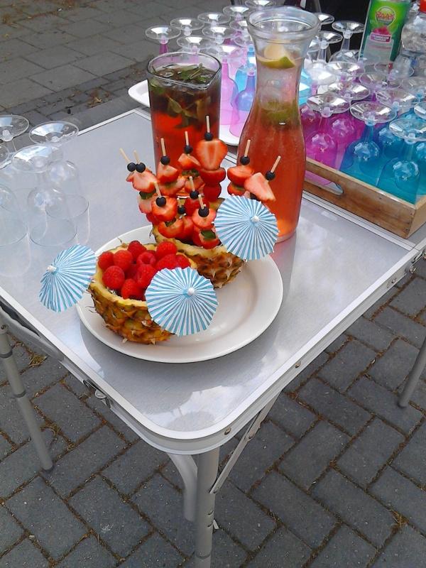 tafel met fruit en drinken