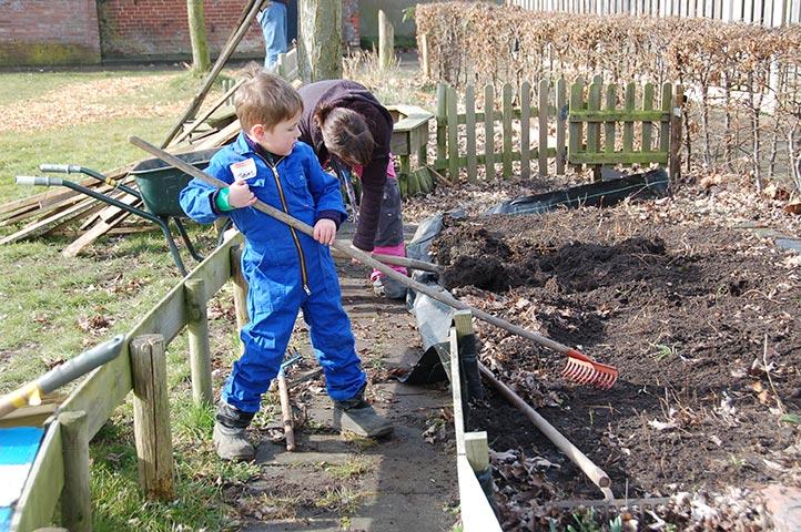 kinderen werken inde tuin