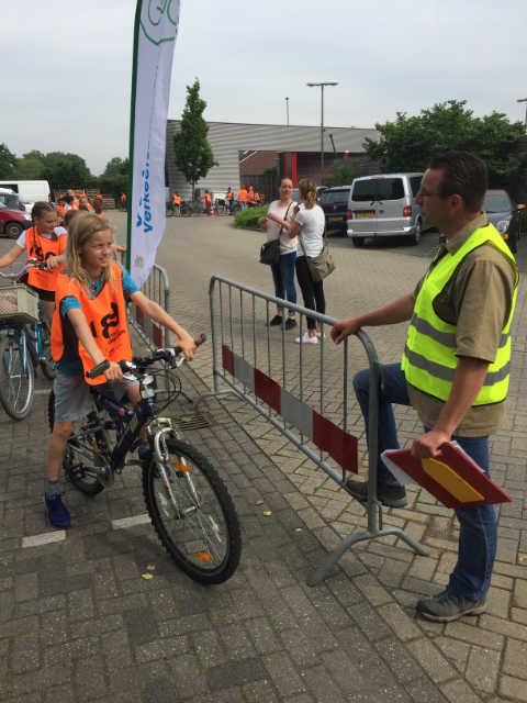 fietsers met begeleider