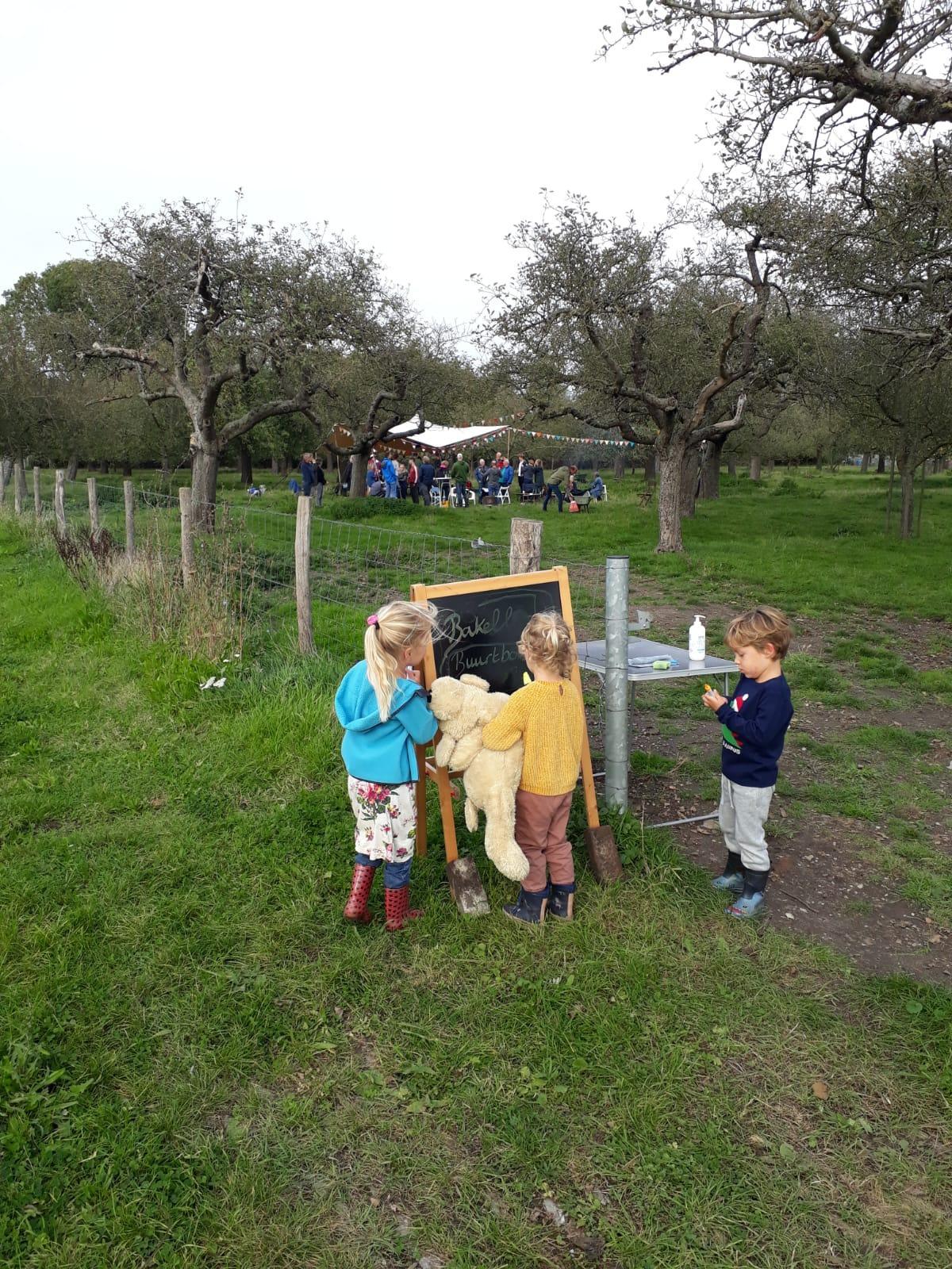 Kinderen buiten langs de dijk